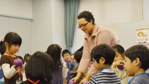 Naomi working with kindergartners while abroad.